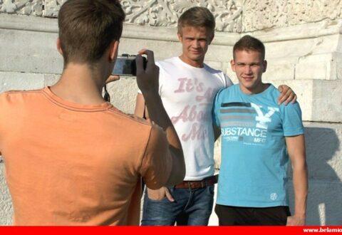 Un bodybuilder amateur se tape deux bel ami boys