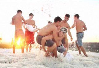 Les Bel Ami Boys s'offrent une bataille de polochons !