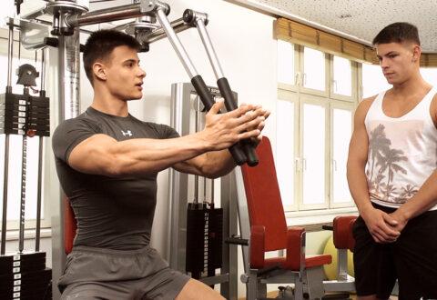 L'entrainement sportif dégénère en baise gay à la salle de sport